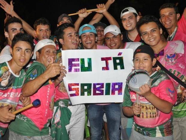 Integrantes da escola após anúncio da vitória na praça do Rádio (Foto: Yarima Mecchi/G1 MS)
