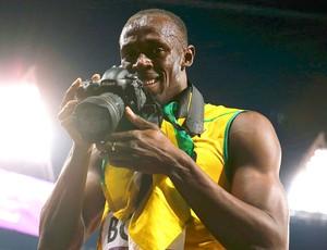 Bolt com câmera na mão  (Foto: Reuters)