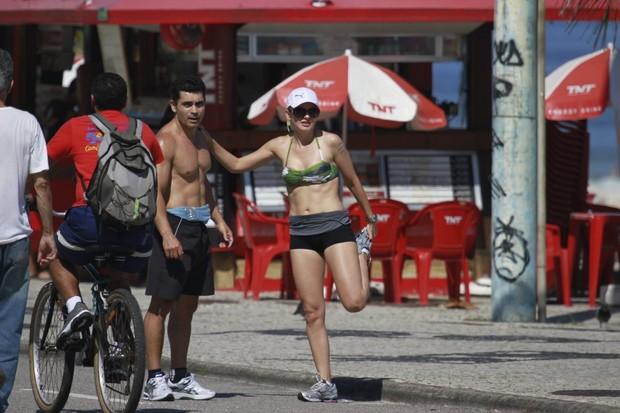 Antonia Fontenelle corre na praia no Rio (Foto: Dilson Silva/Agnews)