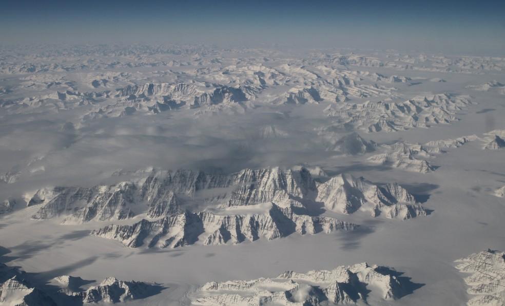Litoral nordeste da Groenlândia, um dos maiores lençóis de gelo do mundo (Foto: Handout / NASA / AFP)