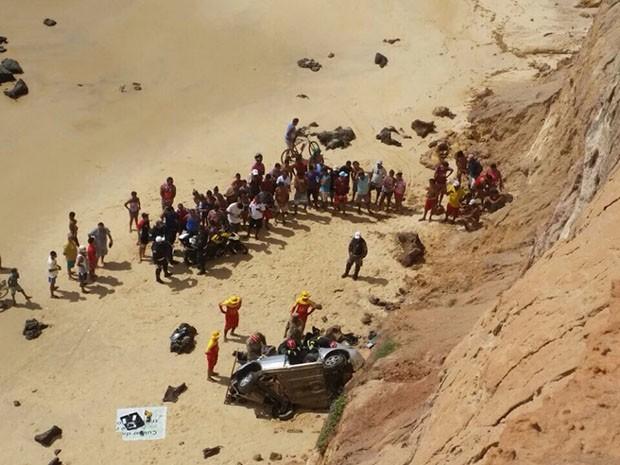 Carro caiu do mirante de Tabatinga (Foto: Divulgação/Corpo de Bombeiros)
