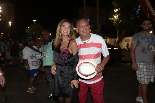 Galvão Bueno e a mulher na concentração da Vila Isabel (Foto: Brazil News)