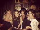Marquezine faz biquinho ao posar com Giovanna Ewbank e Thaila Ayala