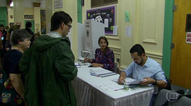 Eleitores brasileiros no exterior formaram filas para votar para presidente