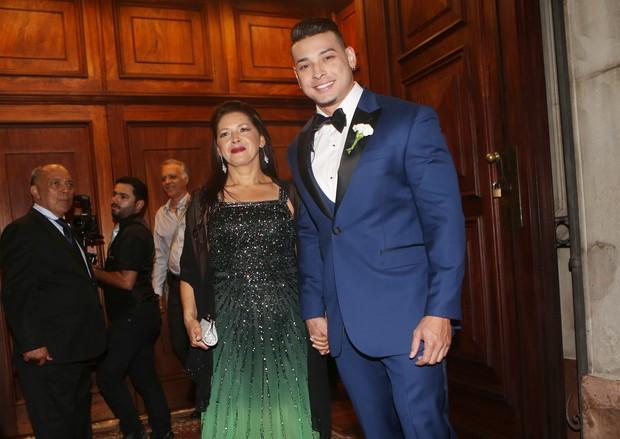 Felipe Franco com a mãe (Foto: Iwi Onodera/EGO)