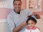 Denilson mostra talento ao cuidar da filha dele com Luciele Di Camargo