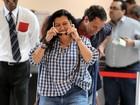 Regina Casé pega carona em carrinho de malas no aeroporto