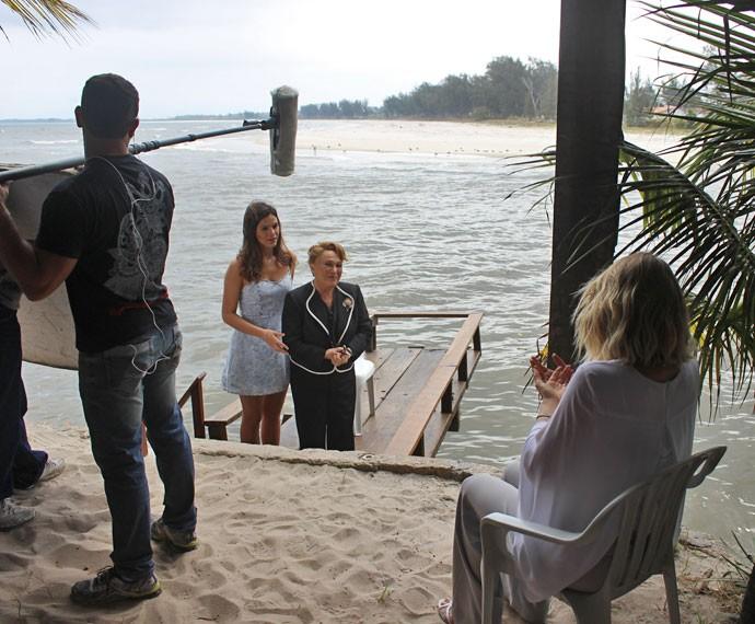 As três atrizes ensaiam a cena antes da gravação (Foto: Rodrigo Dau/Gshow)