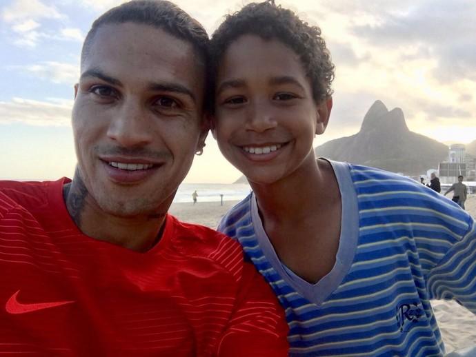 Guerrero e o pequeno Rony, de 10 anos: garoto vai representar o atacante no cinema (Foto: Divulgação)