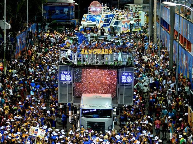 O samba do Bloco Alvorada agita os foliões no circuito Osmar, no Campo Grande (Foto: Max Haack/Ag Haack)