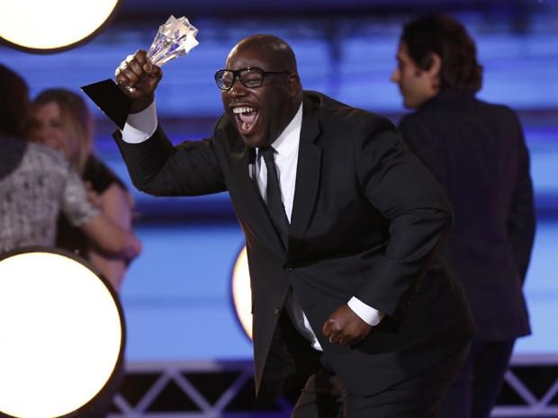 Steve McQueen recebe o prêmio de melhor filme por '12 anos de escravidão' no 19º Critics' Choice Movie Awards (Foto: REUTERS/Mario Anzuoni)