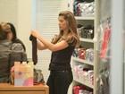 Grazi Massafera sai da toca e compra roupinhas para a filha, Sofia, no Rio