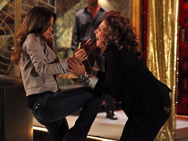 Em fúria, Morena dá uma joelhada em Wanda (Foto: Salve Jorge/TV Globo)