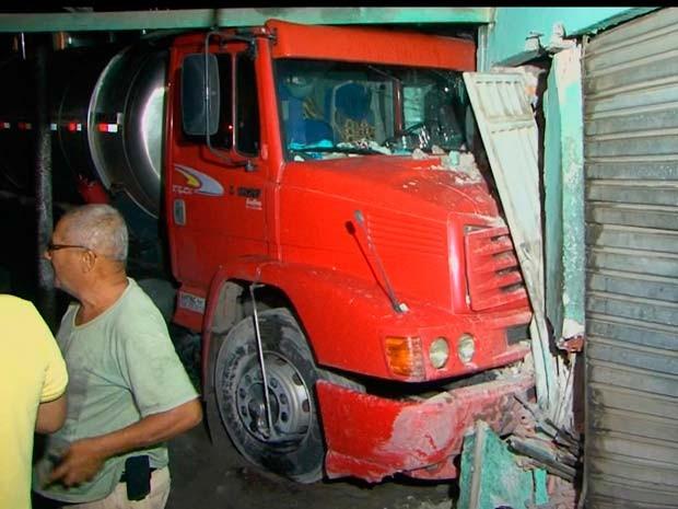 Caminhão bate em carro e atinge casa em Feira de Santana  (Foto: Imagens/ TV Subaé)
