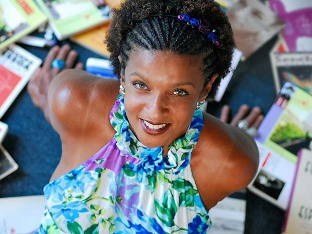 A escritora e atriz Elisa Lucinda é uma das atrações da 3ª edição da Festa Literária de Pirenópolis (GO), que começa na quarta-feira (11) e vai até domingo no centro histórico da cidade goiana. (Foto: Divulgação)