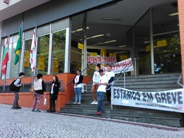 Greve dos bancários é por tempo indeterminado (Foto: Thomas Braga/RBS TV)