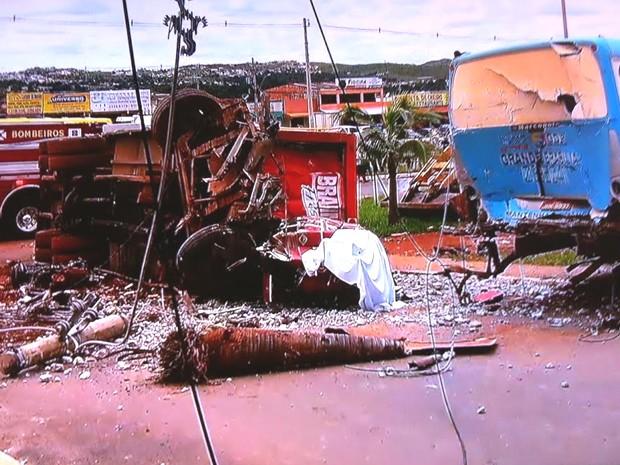 Caminhão e ônibus envolvidos em acidente em São Sebastião (Foto: TV Globo/ Reprodução)
