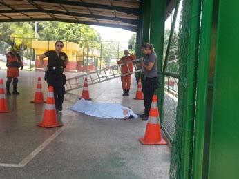 Corpo de homem que morreu ao cair de alambrado em quadra na Candangolândia, no DF (Foto: Raquel Morais/G1)