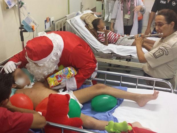 Papai Noel visita crianças no Hospital Municipal Miguel Couto, na Gávea (Foto: Francisco Wesley/Guarda Municipal)