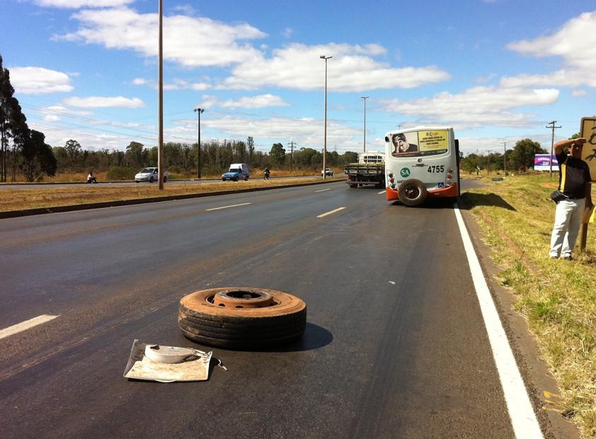 Ônibus fazia trajeto Águas Lindas de Goiás para rodoviária do Plano Piloto ficou estacionado sem as duas rodas traseiras na BR-070   (Foto: Káthia Mello/G1 DF)