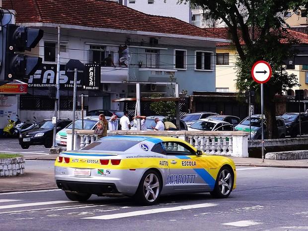 Camaro anda pelas ruas de Santos fazendo propaganda da autoescola (Foto: Roberto Strauss / G1)