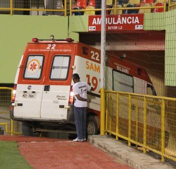 Ambulância do Samu chega atrasada na Arena da Floresta (Foto: João Paulo Maia)