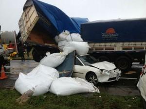 Engavetamento envolveu cerca de 20 veículos na BR-277, em São Luiz do Purunã, na manhã desta terça-feira (17). (Foto: Wesley Cunha/RPC TV)