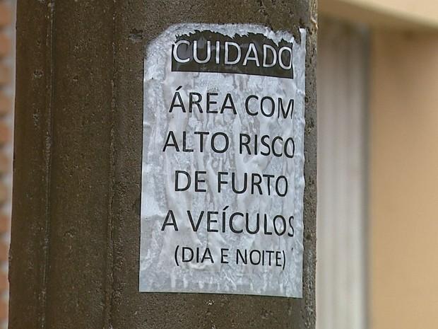 Cartazes estão espalhados em poste de avenida principal de Rio Claro (Foto: Paulo Chiari/ EPTV)