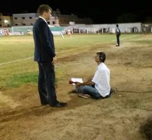 Iran Carvalho narrando à beira do gramado do Pereirão (Foto: Dayvson Roberto)