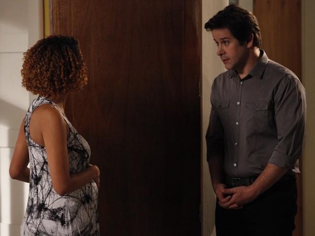 Jonas vai atrás de Verônica para saber se os filhos são seus (Foto: Raphael Dias/TV Globo)