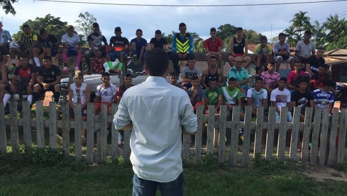 Walter Lima conversa com jovens atletas pouco antes de seleção começar (Foto: Dominique Cavaleiro/GloboEsporte.com)