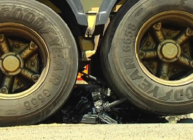 Moto ficou entre pneus do caminhão (Foto: Reprodução / TV Tem)