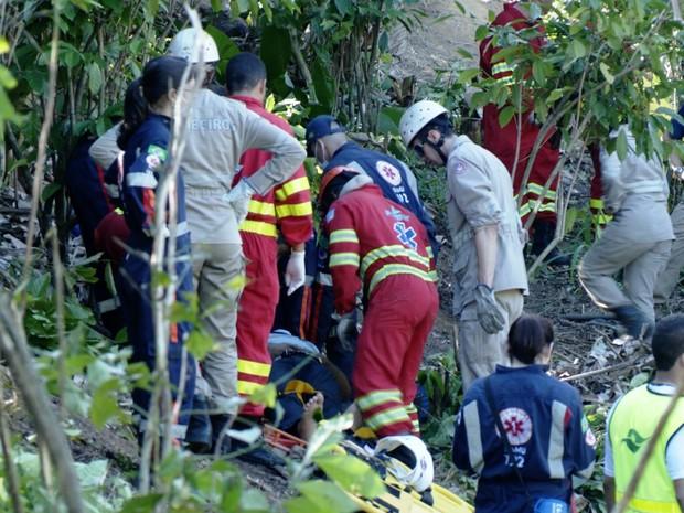 Sobreviventes são resgatados pela equipe do Corpo dos Bombeiros e do Samu, no Espírito Santo                                             (Foto: Reprodução/TV Gazeta)