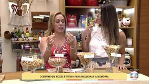 Mariana Ferri explica para Cissa Guimarães os benefícios das oleaginosas (Foto: TV Globo)
