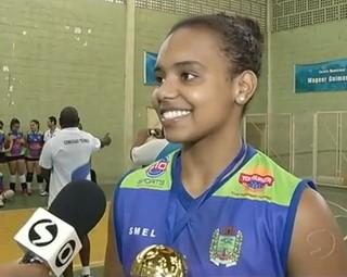 Natália, jogadora de Itatiaia ganhou o troféu de atleta mais completa da competição (Foto: Reprodução RJTV 1ª Edição)