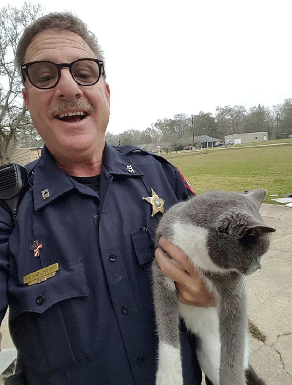 Mike Scott posa com Bella após o resgate (Foto: Ascension Parish Sheriff's Office/Facebook)