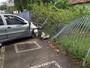 Carro sobe calçada e derruba parte de grade de imóvel em Olinda