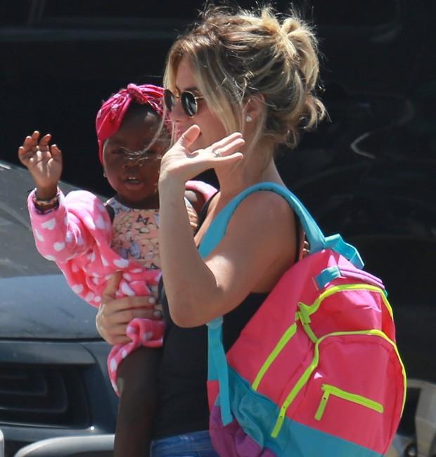 Giovanna Ewbank leva a filha, Titi, para a natação (Foto: Dilson Silva/AgNews)
