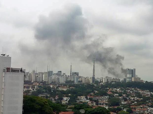 Foto enviada por internauta mostra que fumaça podia ser vista de longe na manhã desta sexta-feira na Zona Oeste de São Paulo (Foto: Fatima Lopes Baccarin/Arquivo pessoal)