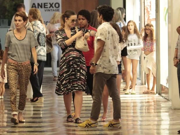 Carolina Kasting, grávida, em shopping na Zona Oeste do Rio (Foto: Wallace Barbosa/ Ag. News)
