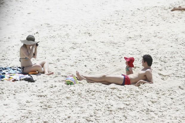 Mateus Solano e familia na praia (Foto: Dilson Silva/ Ag. News)