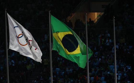 A bandeira olímpica ao lado da bandeira do Brasil durante a cerimônia de encerramento da Rio 2016 (Foto: Foto: William Volcov/Brazil Photo Press)