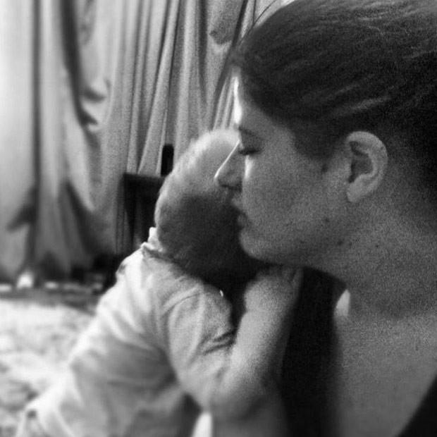 """Casey Veal com o filho, em foto postada no perfil dela no Facebook: """"Eu morri naquele mesmo dia, junto com Zayden, mas eu preciso seguir em frente"""" (Foto: Reprodução / Facebook)"""