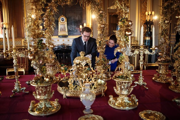 WINDSOR, ENGLAND - NOVEMBER 23: Employees pose by the table in the State Dining Room which has been decorated for the Christmas period with silver-gilt pieces from the Grand Service on November 23, 2017 in Windsor Castle, England. The Windsor Castle State (Foto: Getty Images)