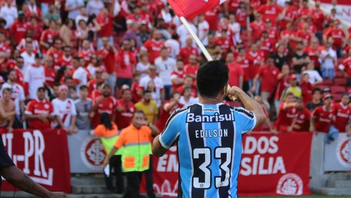 """Edilson """"rouba"""" a bandeira (Foto: Diego Guichard)"""