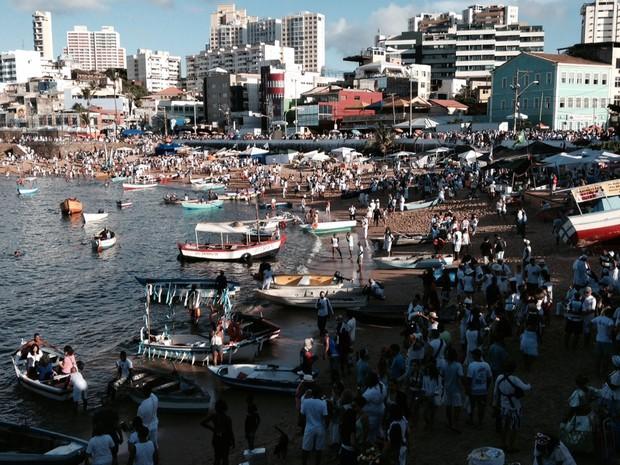 Devotos homenageiam a Rainha do Mar, em Salvador. (Foto: Maiana Belo/G1 BA)