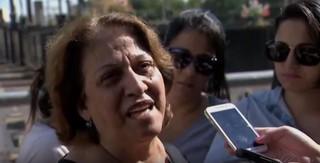 Mãe de Rodrigo Augusto no velório (Foto: RJ TV / REDE GLOBO)