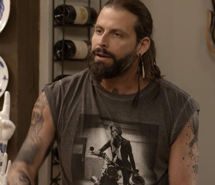 Ralf, cheio de atitude, quer saber tudo sobre a viagem de Milena e Loretta (Foto: TV Globo)
