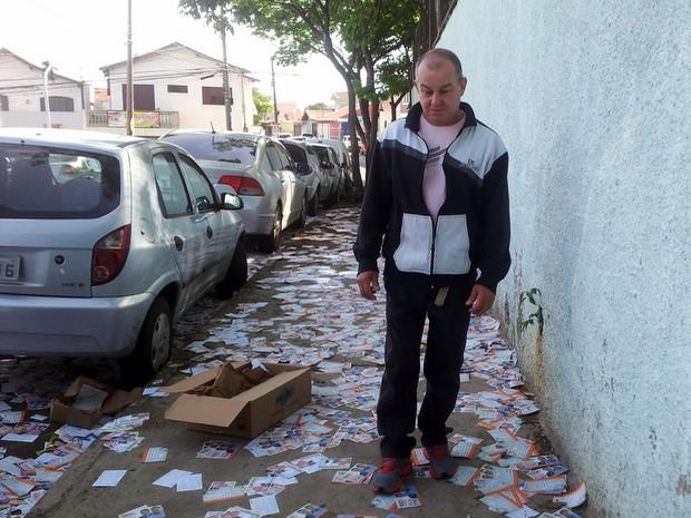 Eleitor fica indignado com excesso de 'santinhos' em Piracicaba (Foto: Fernanda Zanetti/G1)
