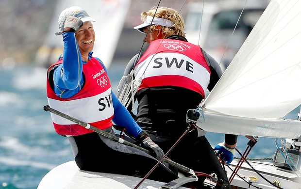 Fredrik Loof e Max Salminen comemoram ouro na vela  (Foto: Reuters)